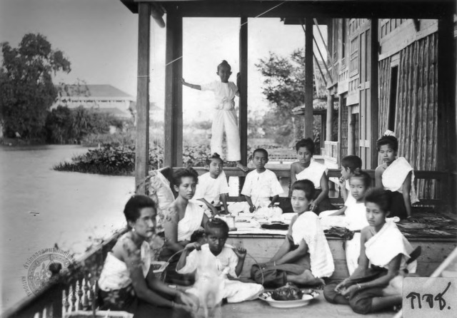 Bunnag sisters and children sharing a meal on the veranda of the king's residence at Dusit Palace. (image courtesy of the National Archive of Thailand, quod.lib.umich.edu)