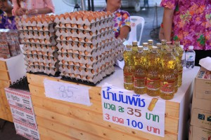 Purchase 30 eggs for 85 Baht, and 3 bottles of cooking oil for 100 Baht at the Khlong Phadung Krung Kasem Market